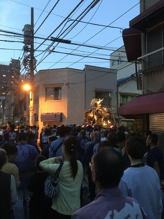 下谷神社大祭2日目神輿を担いでいる