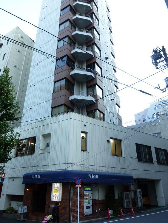 文京区湯島1丁目にある、マンション岡の外観写真です。