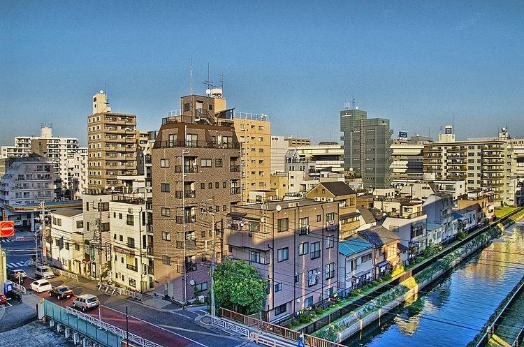 川沿いの住宅街を高い所から撮影した写真です。