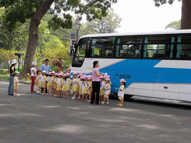 バスの横で集合している園児たちの写真です。