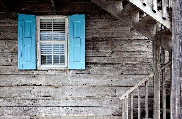 水色の雨戸がついた窓の写真です。