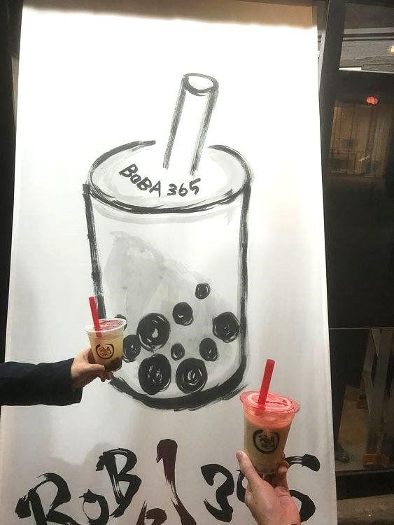 台東区浅草2丁目にある、BOBA365の店舗前で撮影したタピオカジュースの写真です。